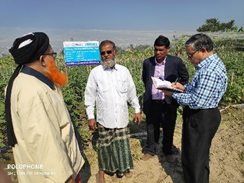 Farmer Abdul Hassan in his Bt brinjal fields with Dr. Jahangir Hossain, Project Country Coordinator, Bangladesh